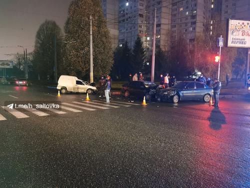 Пять автомобилей разбились на перекрестке в Харькове (фото)