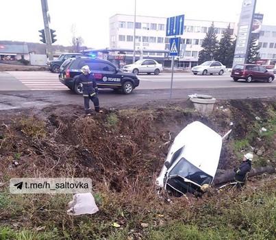 Под Харьковом машина слетела в канаву (фото, видео)
