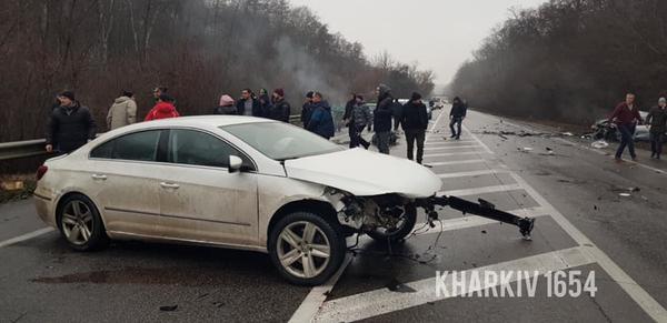 Серьезное ДТП под Харьковом: машины разбились вдребезги, запчасти усыпали асфальт (фото, видео)