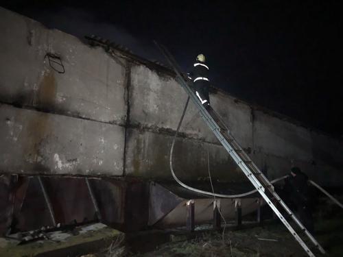 На Харьковщине пожарные несколько часов боролись с огнем, спасая ценный продукт (фото)