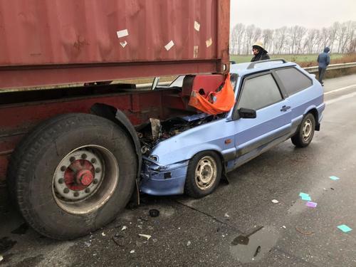 ДТП в Харьковской области: автомобиль влетел под грузовик (фото)