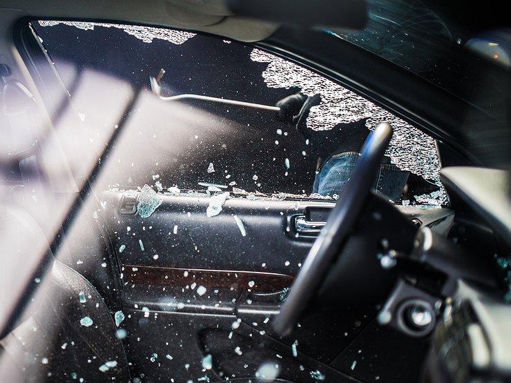 Среди дня на парковке в Харькове дети разбили чужую машину (видео)