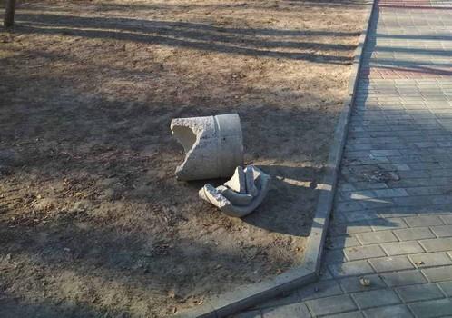 Третий раз за месяц. В городе на Харьковщине орудуют вандалы (фото)