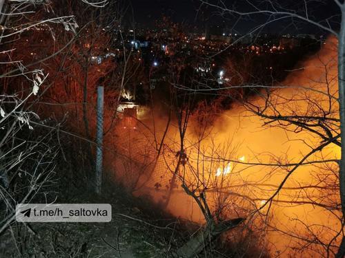 Масштабный пожар произошел в Харькове: столб пламени, клубы черного дыма и звуки взрывов (фото, видео)