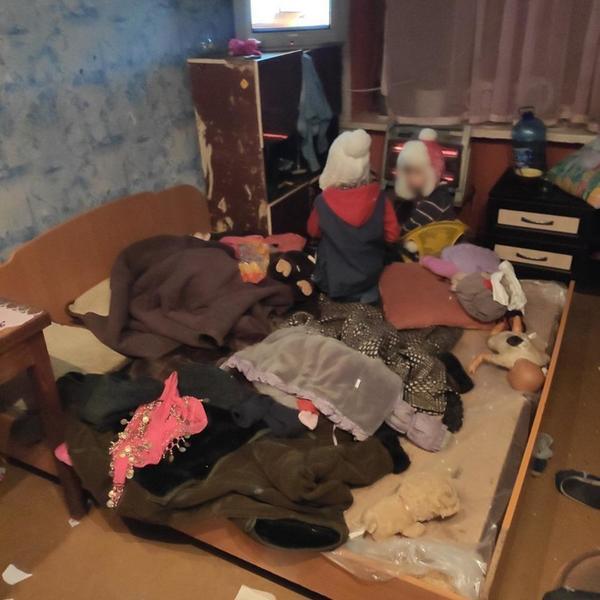 Больные и голодные. В общежитии на Харьковщине нашли троих малышей