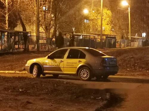 В Харькове машина такси сбила молодого мужчину (фото)