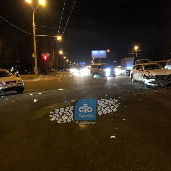 Авария в Харькове: запчасти усыпали дорогу, пострадавших госпитализировали (фото, видео)