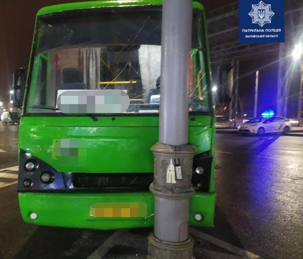 В Харькове маршрутка врезалась в столб: есть пострадавшие