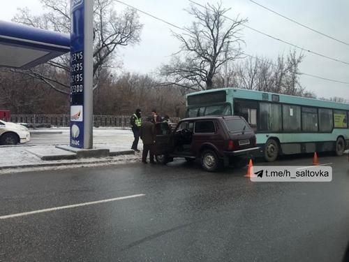 ДТП с маршрутным автобусом в Харькове. Пострадала женщина (фото, видео)