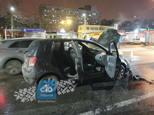 В Харькове машина загорелась посреди оживленной дороги (фото)