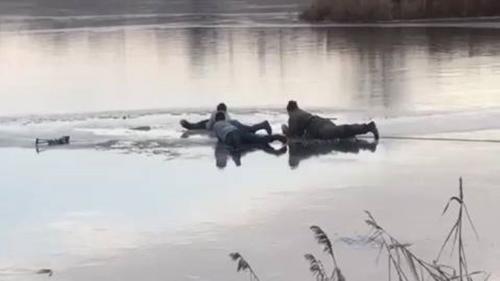 Кондуктор, охранник и местный житель. В Харькове нашли спасителей тонущего рыбака (фото)