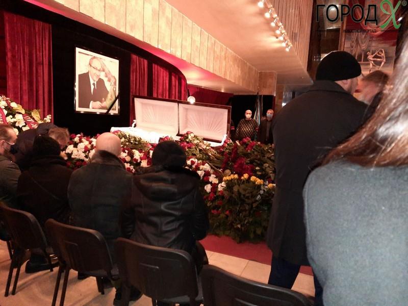 Церемонию прощания с Геннадием Кернесом продлили (фото)