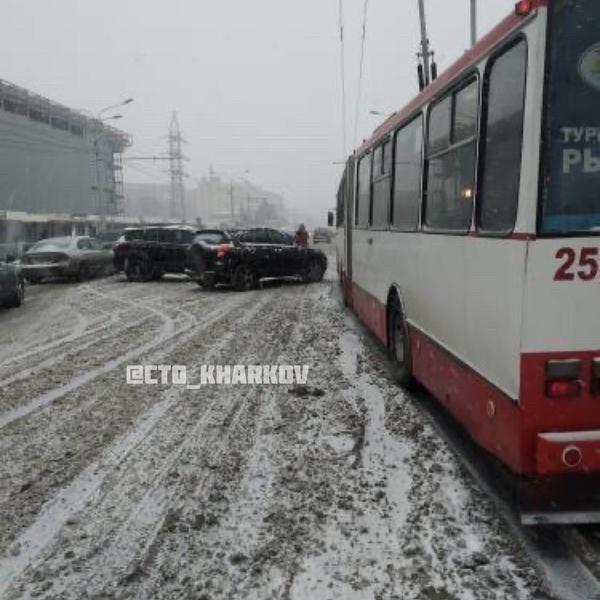В Харькове троллейбус с пассажирами попал в аварию (фото)