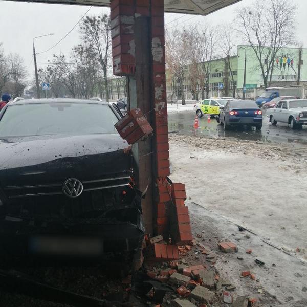 Автомобиль врезался в остановку в Харькове: подробности происшествия