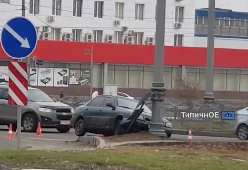 ДТП в Харькове: автомобиль врезался в столб (видео)