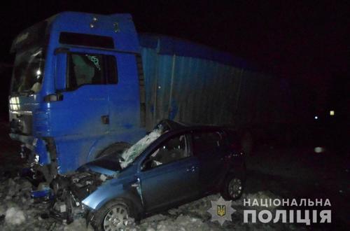 ДТП под Харьковом: легковой автомобиль влетел под кузов грузовика и разбился вдребезги (фото)
