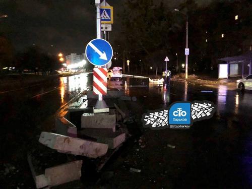 ДТП в Харькове: автомобиль влетел в островок безопасности, есть пострадавшие (фото, видео)