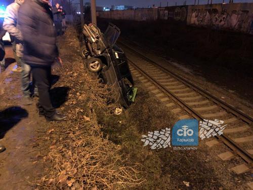 В Харькове автомобиль упал на железнодорожные рельсы (фото)