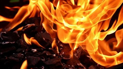 В Харькове посреди двора загорелась машина коммунальщиков (видео)