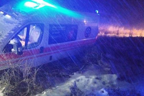 На Харьковщине скорая помощь попала в снежную ловушку (фото)