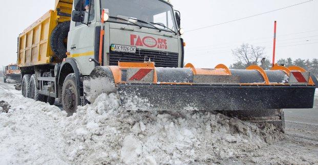 Снегопад в Харькове: на дорогах работает полторы сотни спецмашин