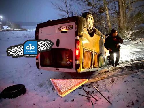 В Харьковской области перевернулся микроавтобус (фото)