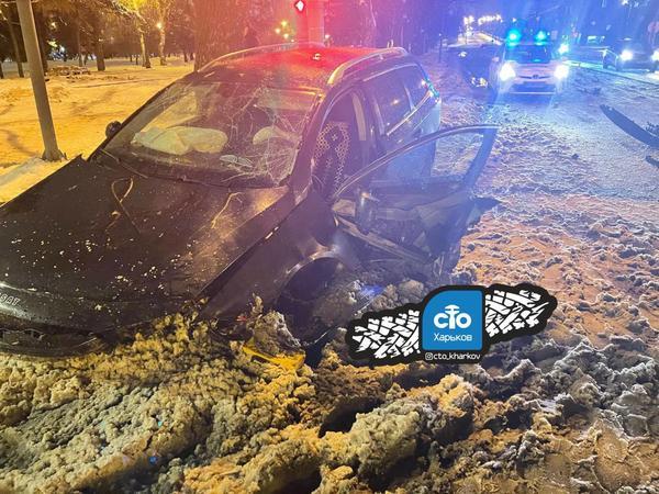 Водитель разбил свой автомобиль на проспекте в Харькове (фото)
