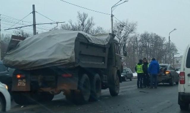 В Харькове грузовик смял легковое авто (фото, видео)