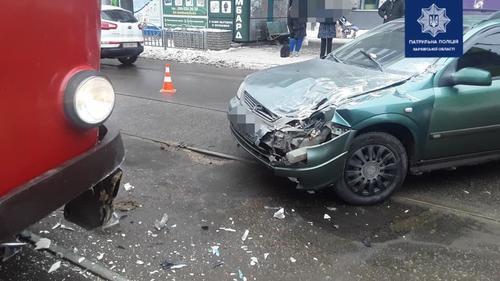 В Харькове автомобиль влетел в трамвай с пассажирами