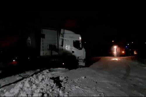 На Харьковщине водитель авто попал в снежную ловушку (видео)