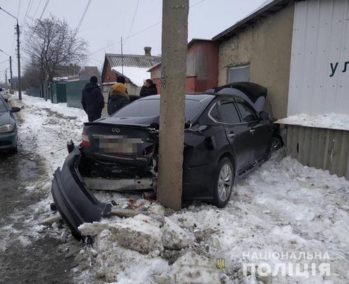 ДТП на Харьковщине: машина выбила часть стены здания (фото)