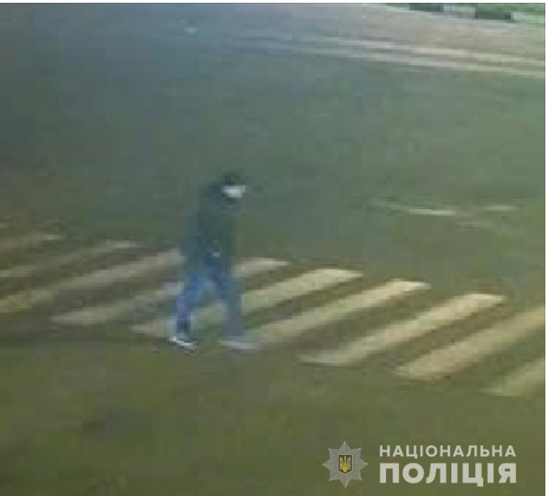 Одну женщину изнасиловал, двоим удалось сбежать. В Харькове разыскивают хромого мужчину