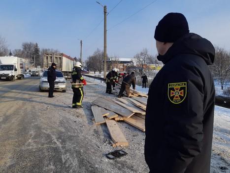Крупное ДТП на Харьковщине: есть пострадавшие, спасателей вызвали на подмогу (фото)