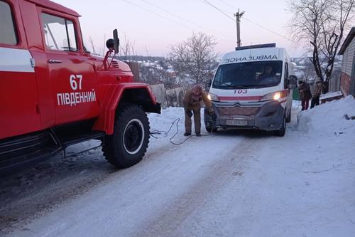 Скорая помощь с пациентом застряла на дороге в Харьковской области