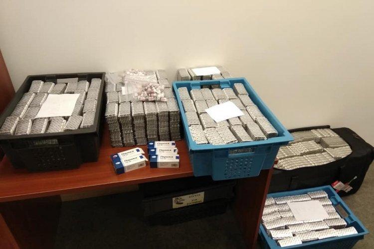 В Харькове остановили мужчину с тысячами таблеток (фото)