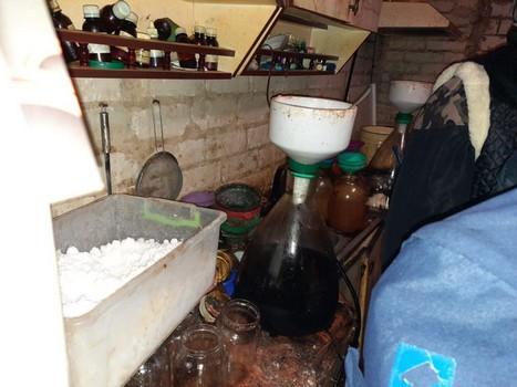 Дом завален бутылками и банками: под Харьковом обнаружили нарколабораторию (фото)