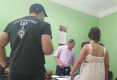 Платить, чтобы ходить на работу. Чиновник из Харькова требовал огромную взятку у подчиненной