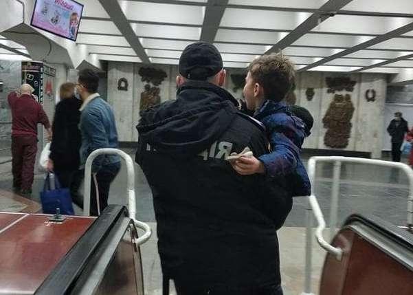 """Пассажиры слышали душераздирающий крик. Из харьковского метро ребенка забрали на """"скорой"""""""
