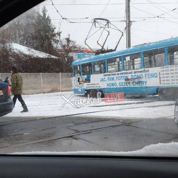 В Харькове остановились трамваи: людям пришлось идти пешком (фото, видео)