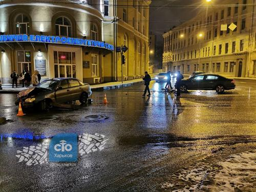 ДТП в Харькове: автомобильные детали разлетелись по асфальту, есть пострадавшие (фото)