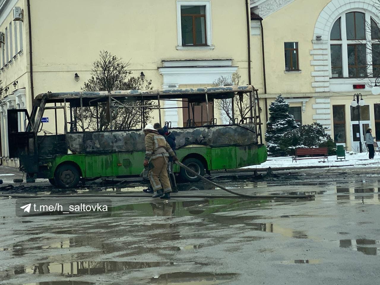 В Харькове сгорела пассажирская маршрутка (фото, видео)