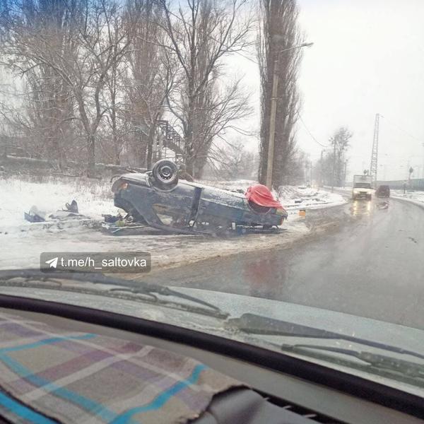 В Харькове перевернулся автомобиль (фото)