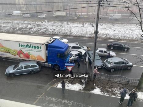Масштабное ДТП в Харькове: фура снесла несколько машин (видео)