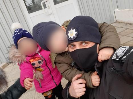 В одной майке и колготах. На Харьковщине посреди улицы обнаружили полуголого ребенка (фото)
