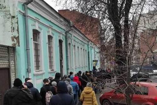 В Харькове к военкоматам выстраиваются очереди: в чем причина (фото)