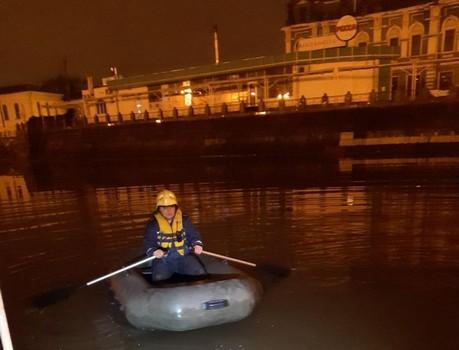 В центре Харькова из реки выловили мужчину (видео)