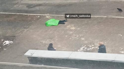Прохожие пытались откачать: под стенами харьковской школы умер человек (фото, видео)