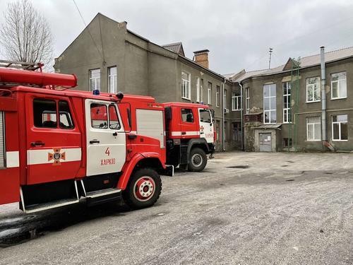 Десятки спасателей съехались в харьковскую поликлинику (фото)
