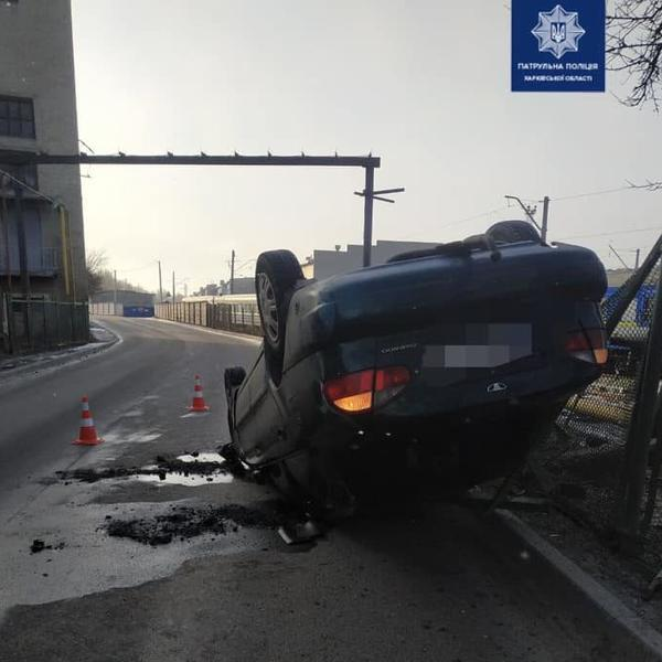 Перевернутый автомобиль в Харькове: стало известно о состоянии водителя (фото)