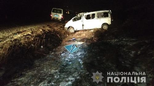 На Харьковщине микроавтобус съехал в кювет: три человека травмировались, одного спасти не удалось (фото)